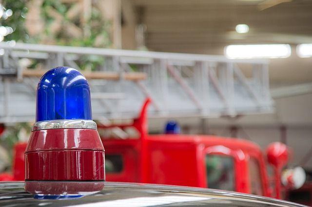 На месте пожара продолжают работать сотрудники МЧС.