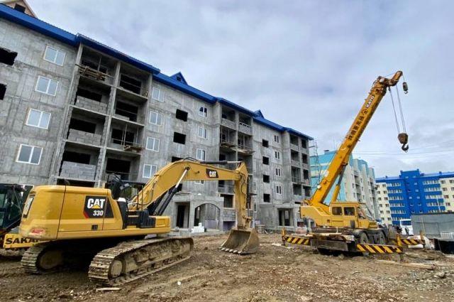 Строительство пятиэтажки по улице Комсомольской, 42 началось в прошлом году. Дом сейчас готов больше чем наполовину.