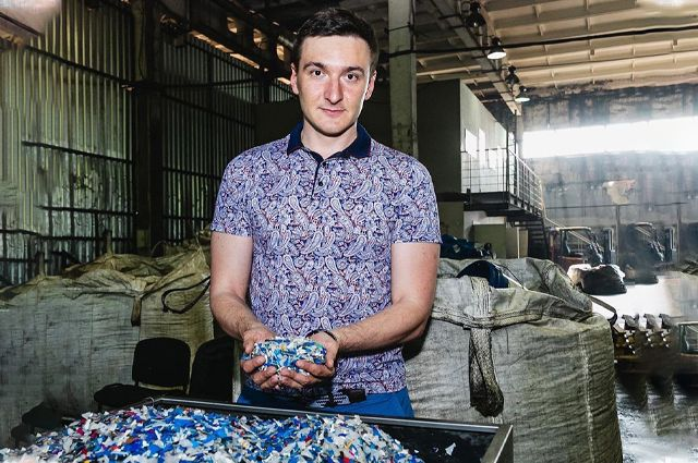 Предприятие Сергея Пугачёва покупает, собирает и перерабатывает флаконы из-под бытовой химии и канистры.