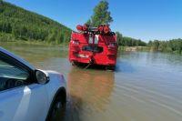 Также спасатели помогают водителям, которые не смогли преодолеть перелитые дороги.