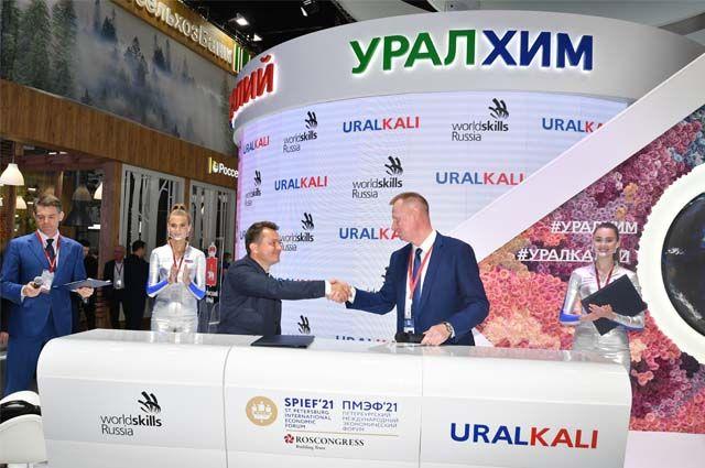 Виталий Лаук и Роберт Уразов подписали соглашение о сотрудничестве в области развития кадрового потенциала.