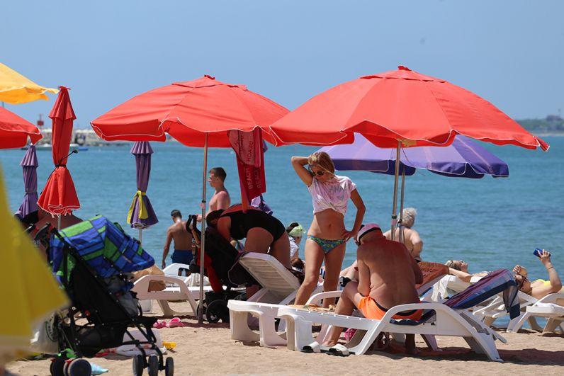 Порой занять хорошее место на пляже в Геленджике не так просто.