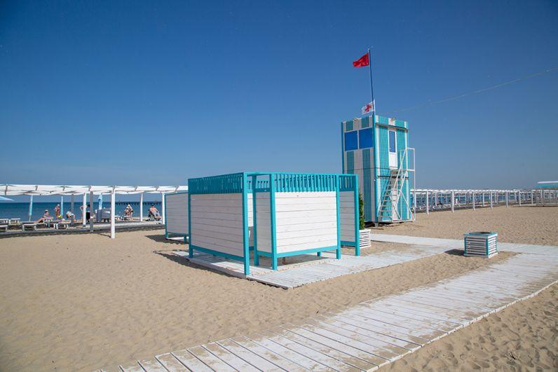 На пляжах Анапы оборудованы новые раздевалки, душ, медпункт.