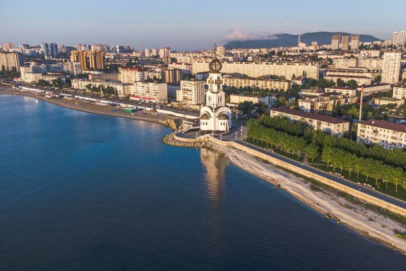 Многокилометровая береговая полоса города Новороссийска хотя и занята по преимуществу портовыми сооружениями, тем не менее, имеет неплохие пляжи - популярные места отдыха жителей и гостей города.