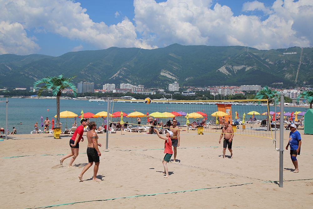 В Геленджике немало любителей пляжного волейбола.