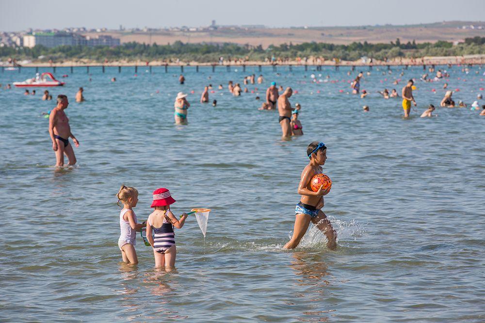 Пляжи Анапы имеют пологий вход в море, что оптимально для отдыха с детьми.
