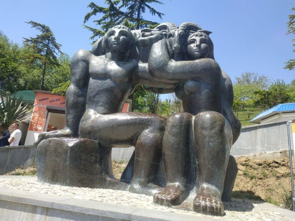 """Скульптура """"Золотое руно"""" перед входом в Новоафонскую пещеру."""