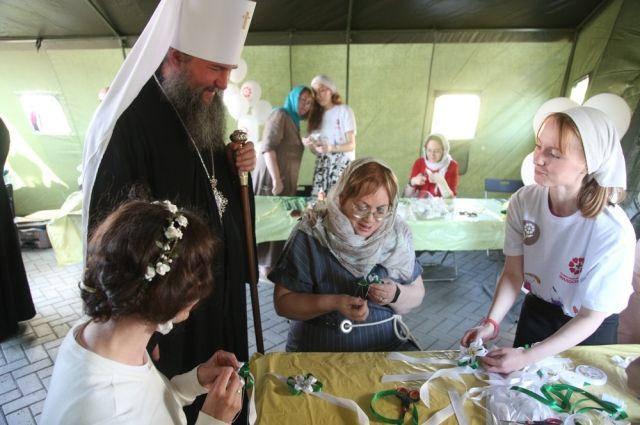 Татьяна Мерзлякова и владыка Евгений имеют большой опыт изготовления цветов, ставших символом праздника.