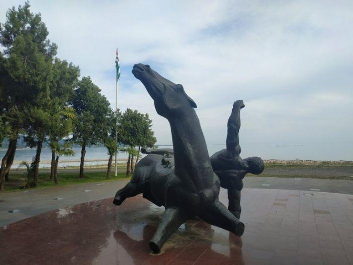 Памятник посвящён абхазам, вынужденным покинуть свою родину в 19 веке.