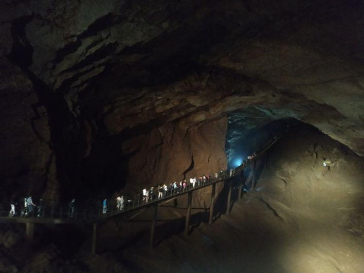 Новоафонская пещера очень популярна среди туристов.