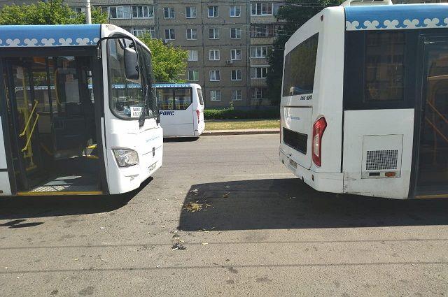 Молодого парня зажало между автобусами в Уфе