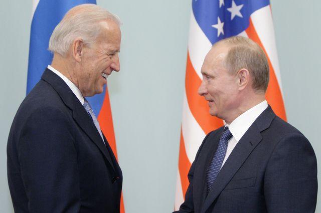 Председатель правительства РФ Владимир Путин приветствует в Доме правительства РФ вице-президента США Джозефа Байдена, 10 марта 2011 г.
