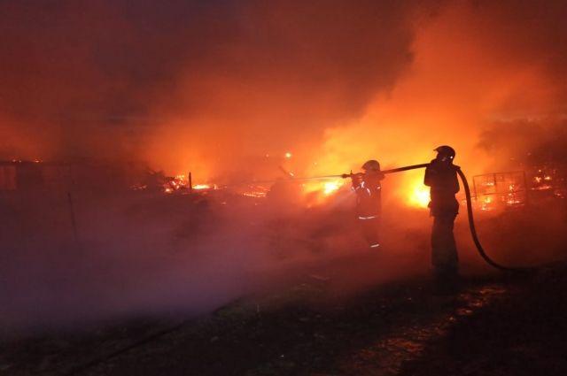 Сгорели строения фермы на площади 1500 кв.