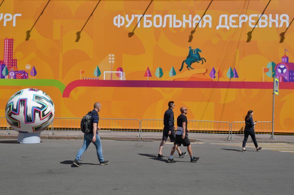 Жители возле футбольной деревни фестиваля UEFA EURO 2020 на Конюшенной площади