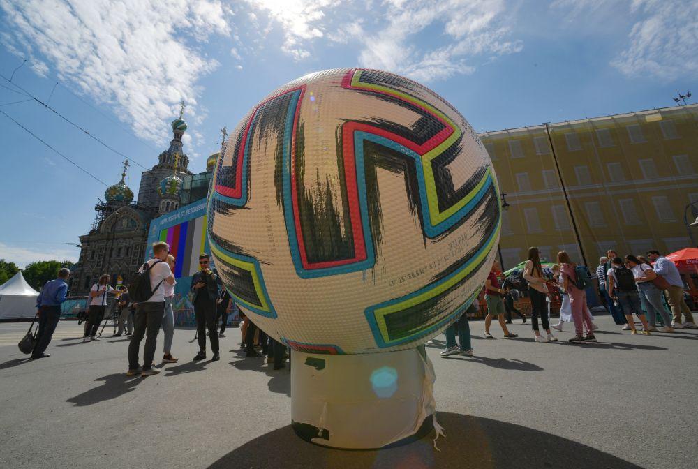 Футбольный мяч, установленный на территории футбольной деревни фестиваля UEFA EURO 2020