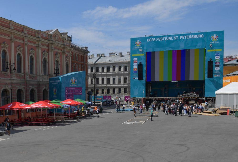 Сцена с экраном для трансляций матчей в футбольной деревне фестиваля UEFA EURO 2020 на Конюшенной площади