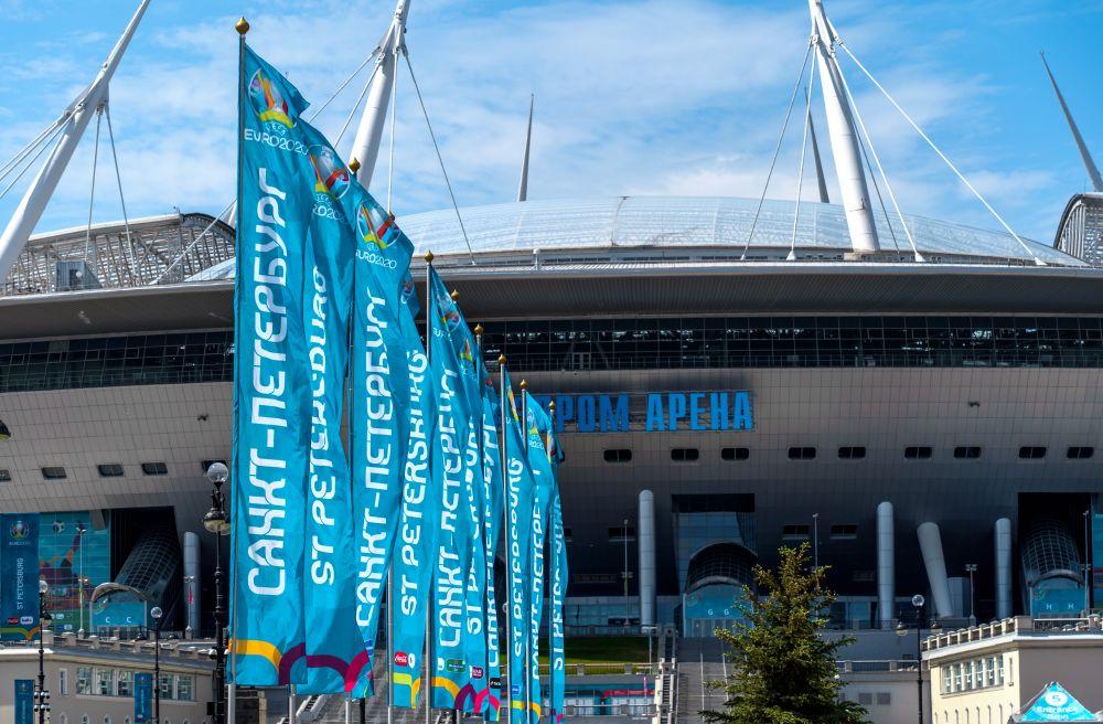 Баннеры и флаги в преддверии чемпионата Европы по футболу - 2020 у стадиона «Газпром Арена»
