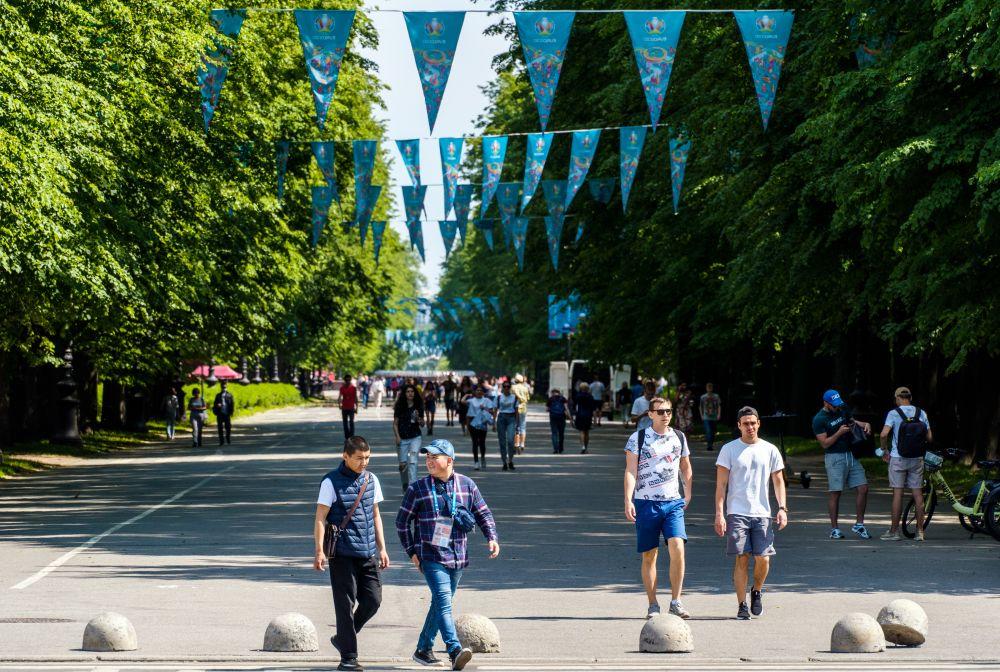 Центральная аллея Приморского парка Победы, украшенная к чемпионату Европы по футболу - 2020, у стадиона «Газпром Арена»