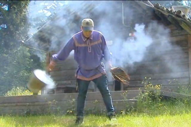Все лето в дыму проводят аборигены. Даже у входа в дом или чум ставят дымокур.