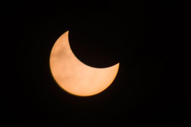 В нашем регионе Солнце закрыла Луна наполовину.