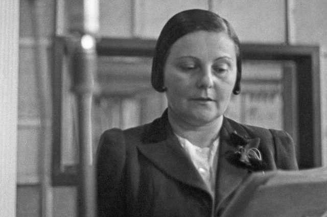 Диктор Всесоюзного радио Ольга Высоцкая во время записи передачи в студии. Свердловск, 1942 год.