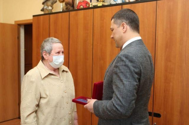 Михаил Ведерников вручил нагрудный знак заслуженному педагогу из Идрицы