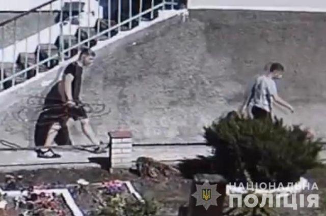 Под Винницей подростки украли трубу для поставки кислорода в больницу