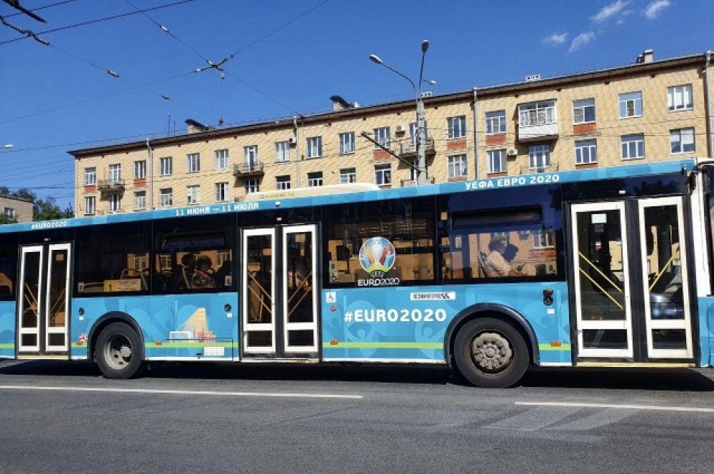 По городу ездят разукрашенные автобусы.