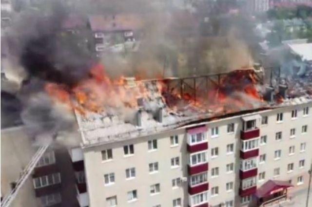 Площадь возгорания покрывает всю крышу дома по проспекту Мира, 157 в Южно-Сахалинске.