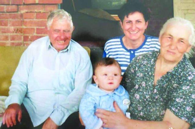 Дедушка с бабушкой Фатимы Шеуджен во дворе собственного дома. С ними дочка Зулима и правнук Алим.