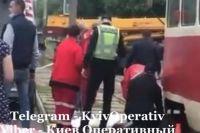 В Киеве девушка поскользнулась и упала под колеса трамвая