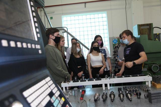 В центре дуального образования на настоящих станках делают реальные детали для производства.