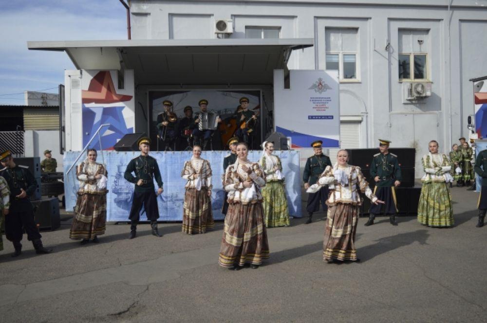 Артисты подарили читинцам и гостям города свои песенные и танцевальные номера.