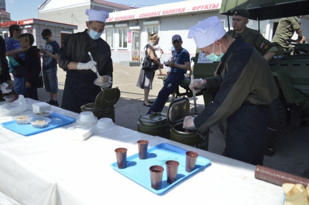 Солдатская каша и чай стали вкусным угощением для гостей и участников патриотической акции.
