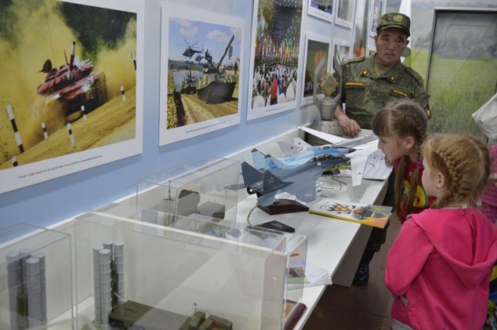 Особый интерес у посетителей вызвали образцы современного вооружения.