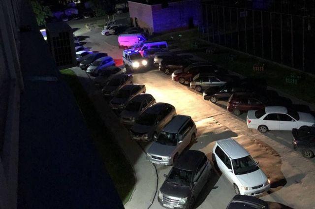 Мужчина расстрелял микроавтобус, припаркованный во дворе на Затулинке в Новосибирске. Никто не пострадал.