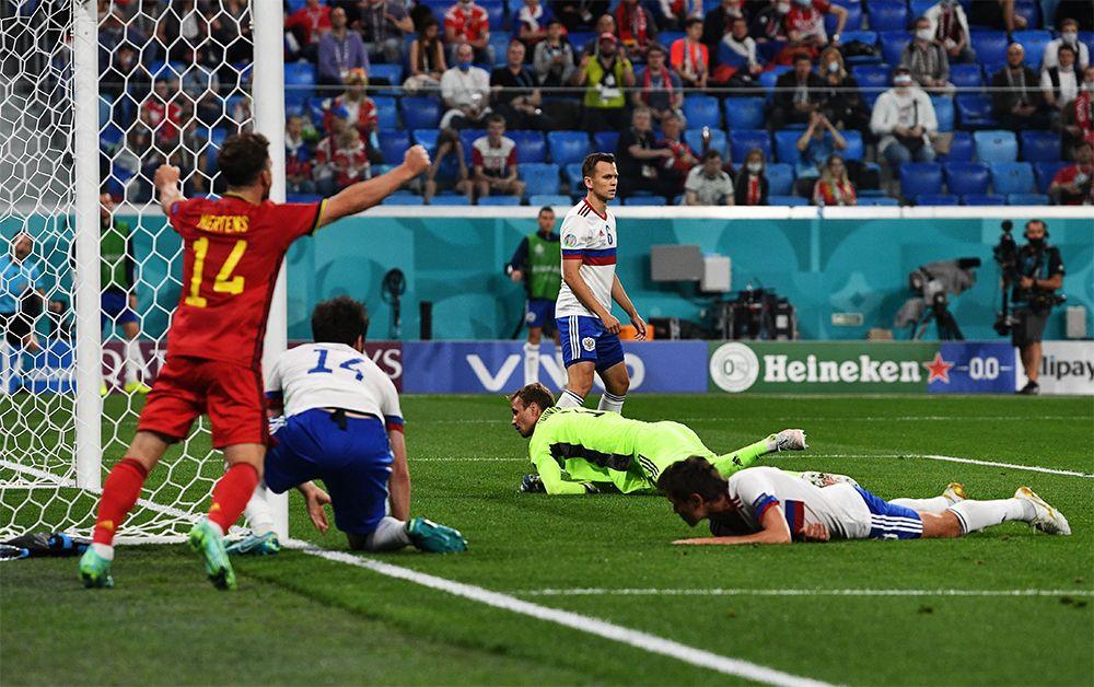 Игрок сборной Бельгии Дрис Мертенс (слева) радуется забитому голу.
