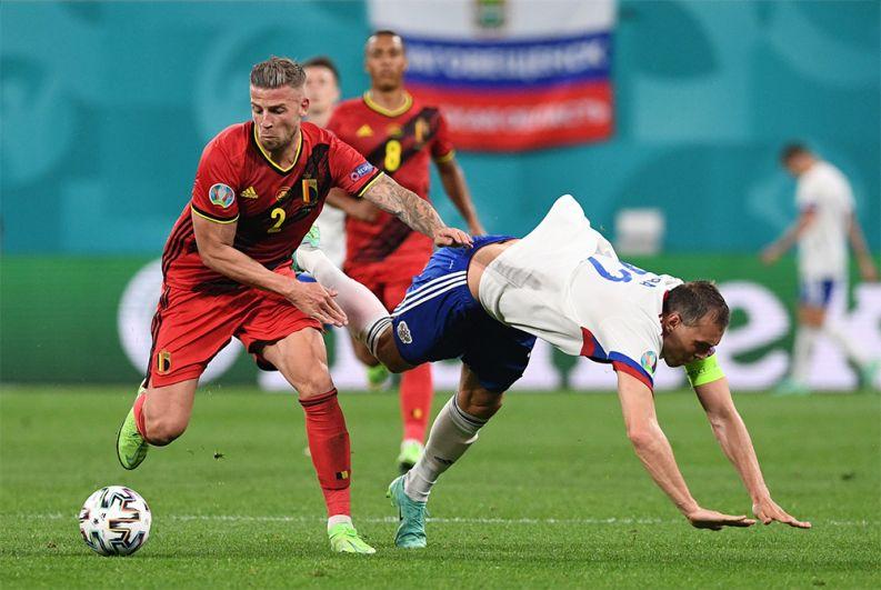 Игрок сборной Бельгии Тоби Алдервейрелд (слева) и игрок сборной России Артём Дзюба.