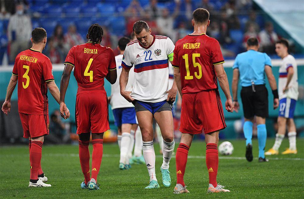 Игрок сборной России Артём Дзюба (в центре) после окончания матча.