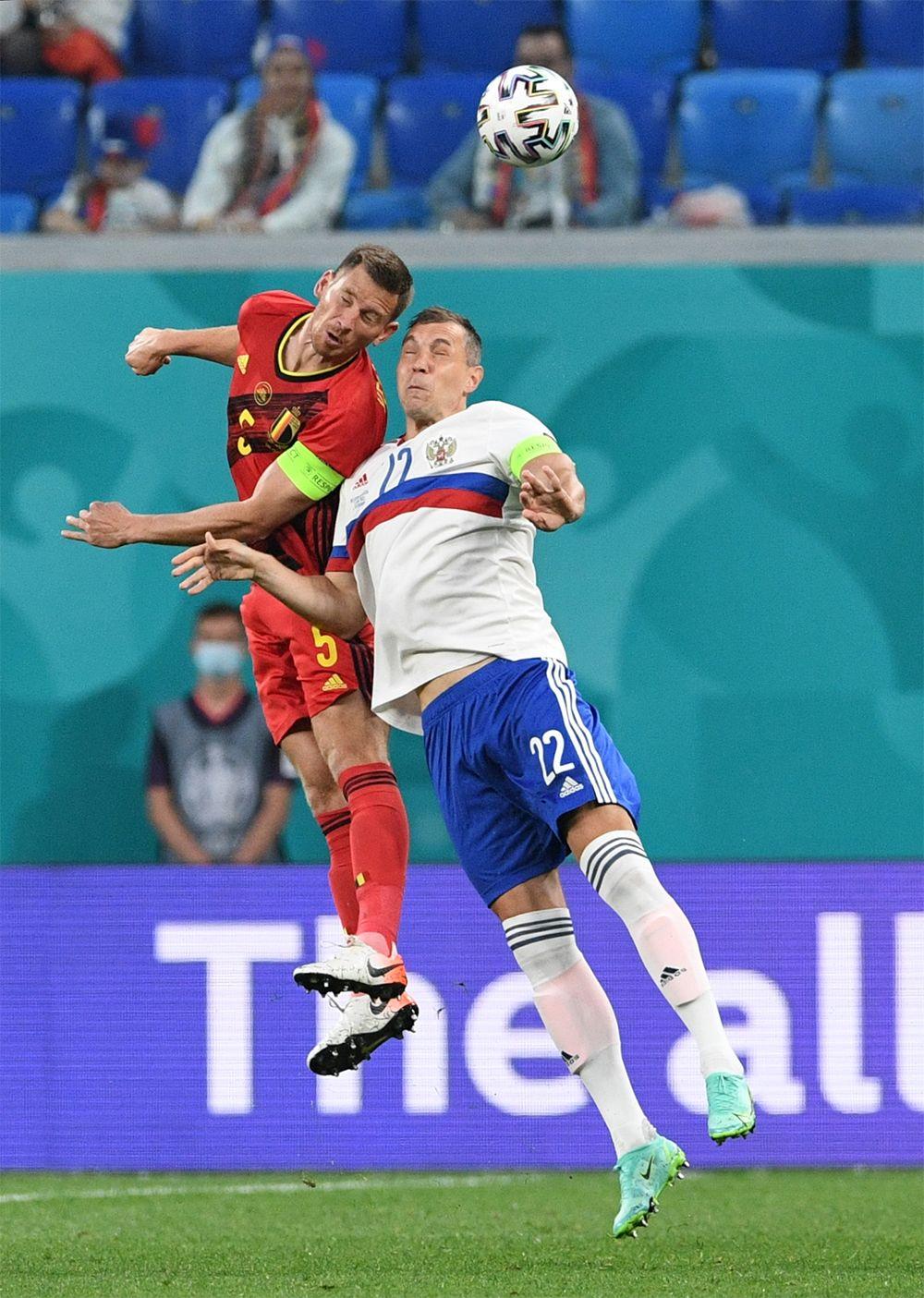 Игрок сборной России Артём Дзюба (справа) и игрок сборной Бельгии Ян Вертонген.