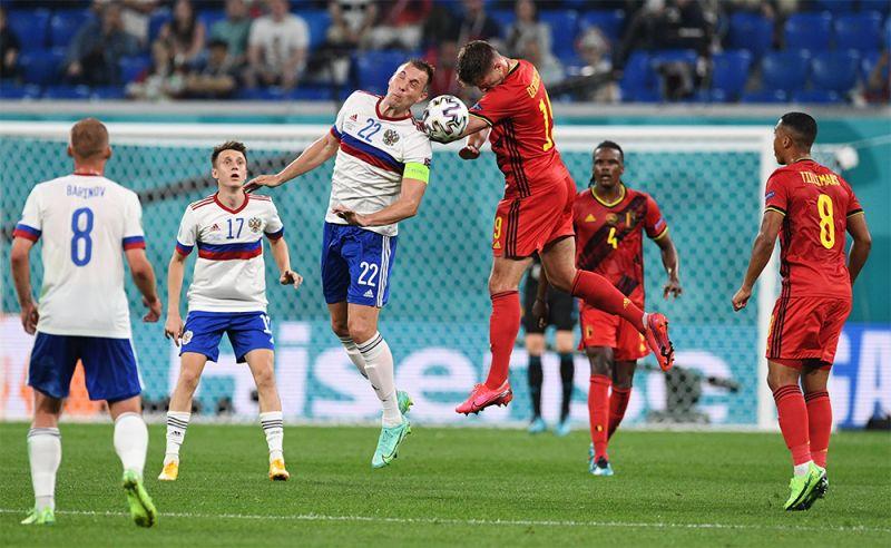 Игрок сборной России Артём Дзюба и игрок сборной Бельгии Леандер Дендонкер (в центре слева направо).