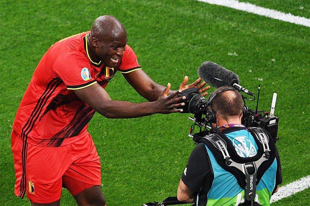 Игрок сборной Бельгии Ромелу Лукаку радуется забитому мячу.