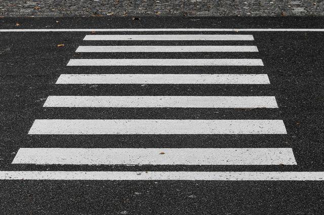 В Бийске пожилая женщина нанесла пешеходную разметку на дорогу
