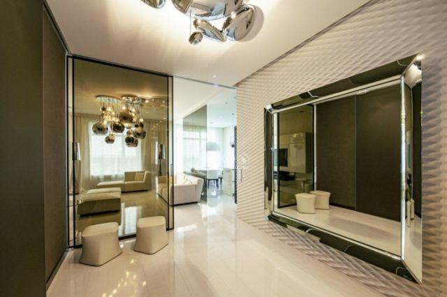 Чтобы взять эту квартиру в ипотеку на 20 лет, придется заплатить первый взнос 8 млн рублей и ежемесячно отдавать банку по 290 тысяч.