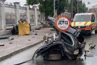 В Одессе автомобиль врезался в столб: два человека погибли
