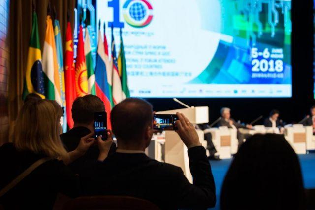 Всего в форуме принимают участие эксперты из 70 стран и 77 регионов Росси