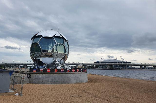 Космический мяч стоит в Парке 300-летия.