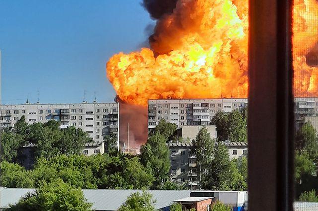 Огненный гриб от пожара был виден во всех районах Новосибирска и даже за городом.