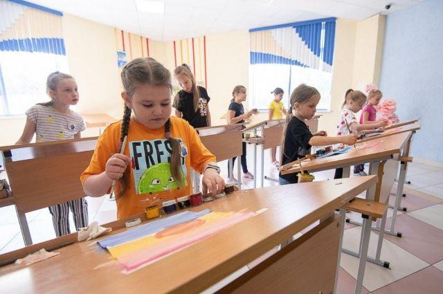 Дети в школе рисуют, танцуют, гуляют, ходят на экскурсии – словом, отдыхают активно и с пользой.