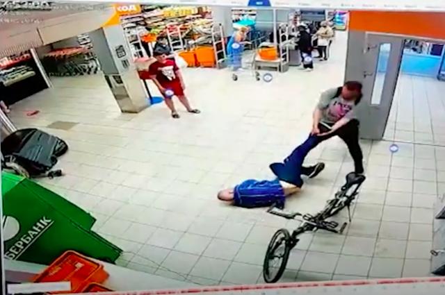 Полиция нашла мужчину, избившего охранника магазина на ул. Красносельской